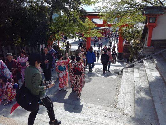 Visiteurs en tenue traditionelle