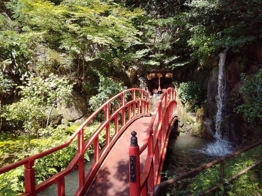 Pont rouge avec cascade