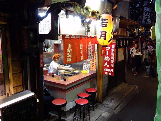 Restaurant typique avec quelques sièges débordant sur la rue